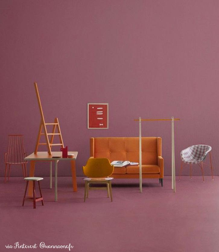 parete e pavimento tinto del colore marsala 18-1438