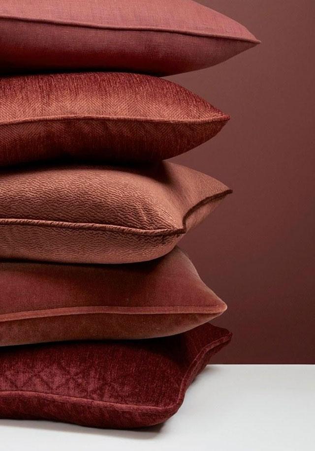 cuscini in tessuto colore marsala 18-1438