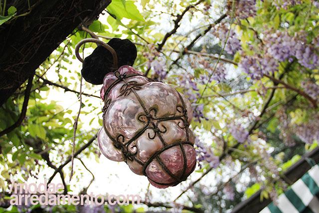 Lanterna veneziana in vetro e ferro, soffiata a mano e di colore lilla.