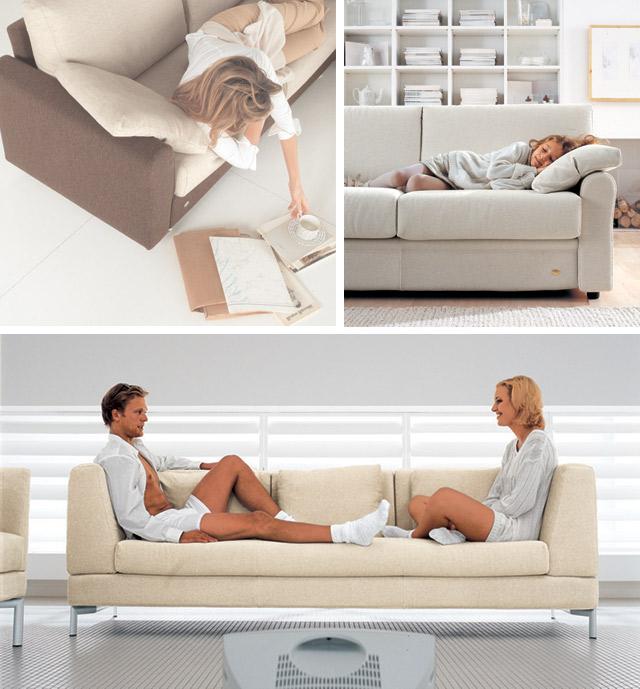 Persone sul divano che leggono e dormono.