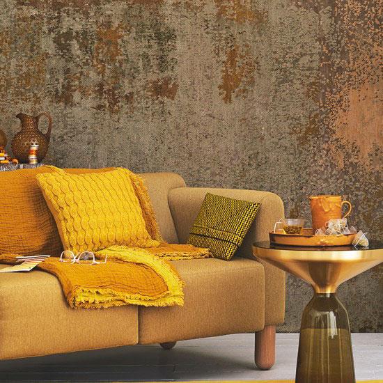 Un divano di colore ocra, con cuscino.