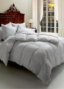 camera da letto classica con piumino.