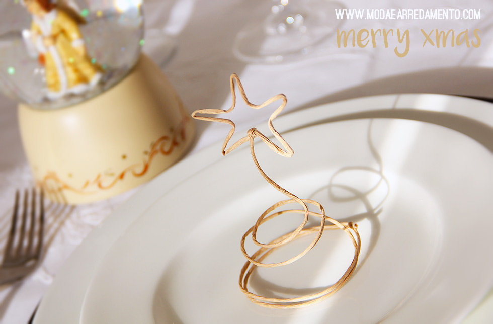 Table setting di Natale con segnaposto fatto a mano.
