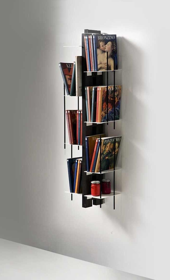 Librerie da appendere a parete, idee e soluzioni efficaci.
