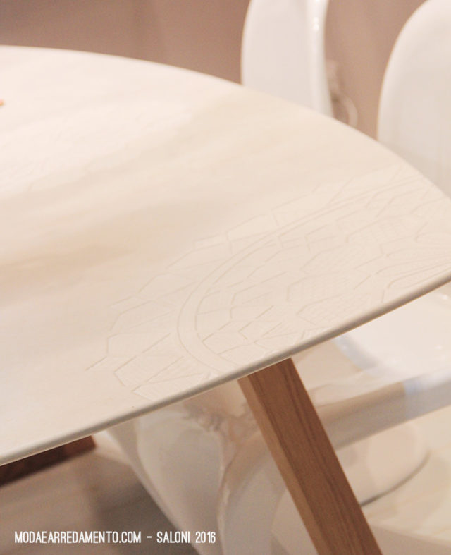 Piano di tavolo in marmo inciso.