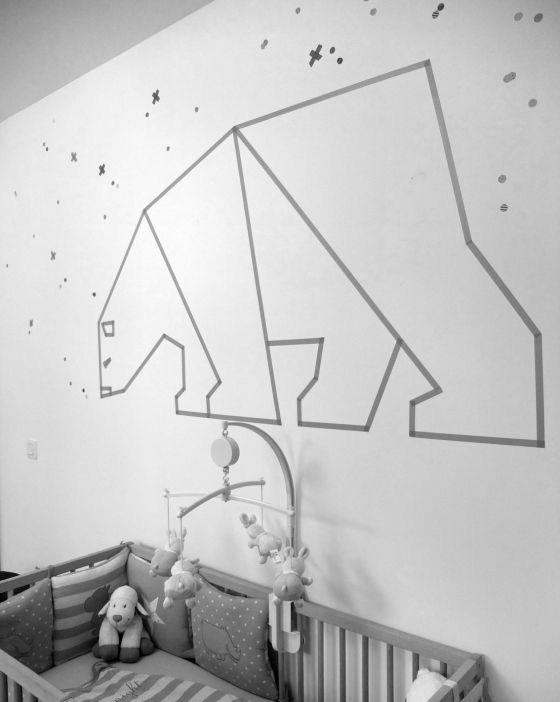 Decorare le pareti cameretta con nastro adesivo.