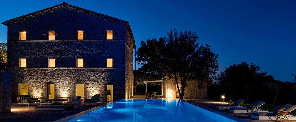 Casa di notte con piscina e arredo da giardino Uno più.