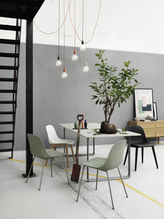 Muuto design immagine soggiorno con parete bicolore.