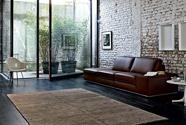 scegliere giuste dimensioni tappeto vicino divano.