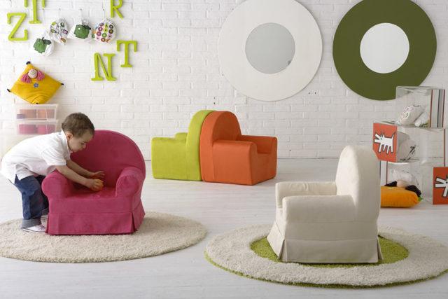 Immagine di cameretta per bambini con poltrone colorate e altri accessori per cameretta.