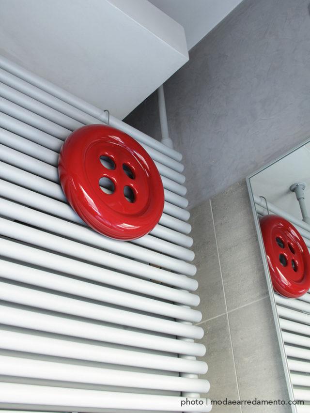 Creativando umidificatore per termosifoni a forma di bottone rosso, originale e di design.