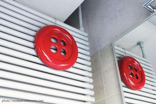 Creativando umidificatore per termosifoni a forma di bottone rosso.