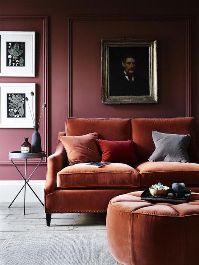 Designdfor life divano scuro colore amaranto.