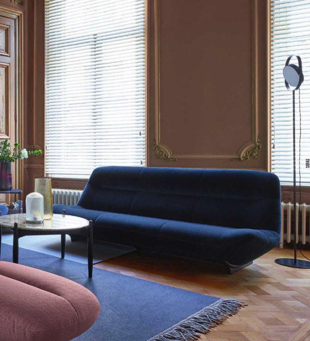 Ligne Roset divani in velluto blu.
