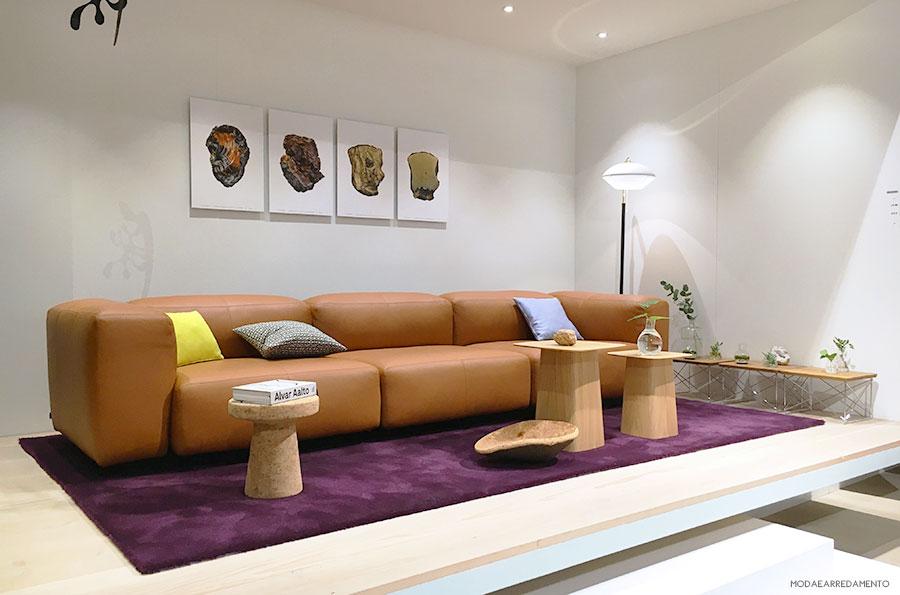 Vitra divano lineare in pelle color cognac.