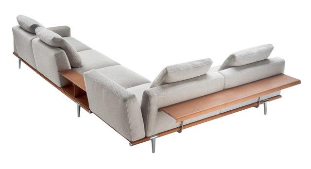 Composizione ad angolo di Poltrona Frau e divano Let it Be.