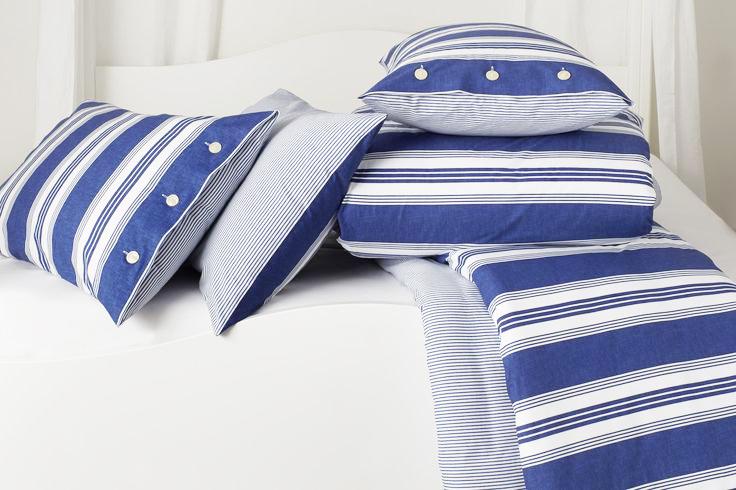 Bellora set da letto con lenzuoli e copripiumino in rghe blu di varie misure.