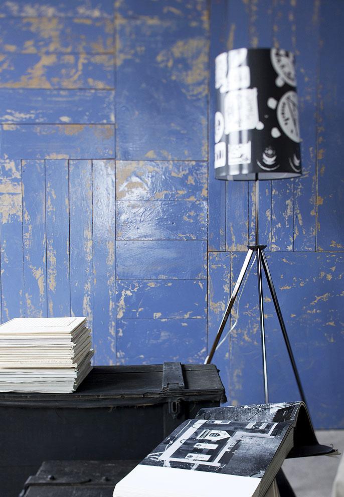 idee originali per decorare le pareti: una parete di legno recuperato tinta stracciato blu.