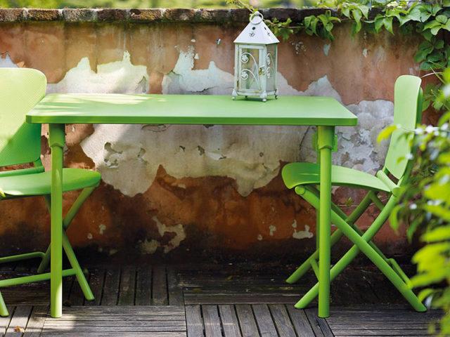 Nardi tavolino rettangolare Zag con sedie in plastica verde foglia.