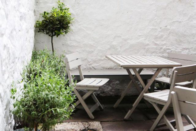 Sedie outdoor in legno per arredare un piccolo terrazzo.