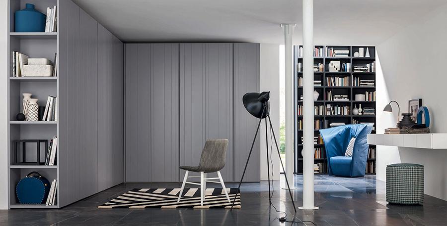 Armadio Stripe con ante a righe colore grigio.