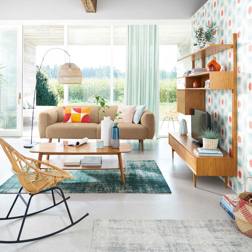 Ambiente soggiorno in stile nordico: arredi il legno chiaro e colori vivaci.