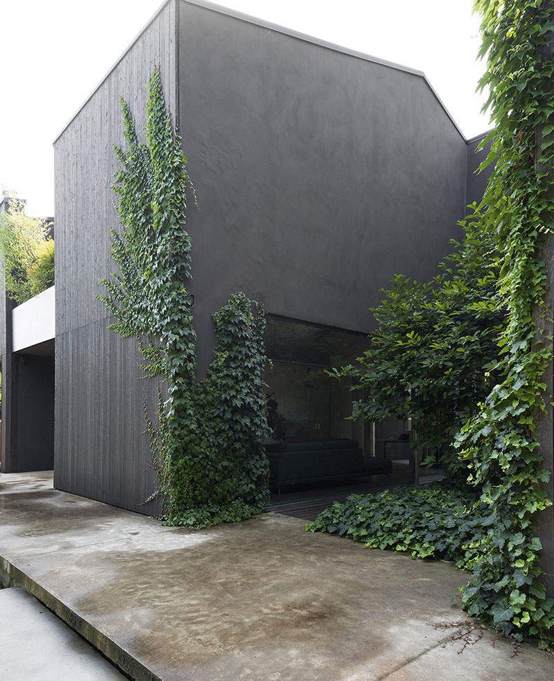 Facciata esterna di casa completamente grigia.