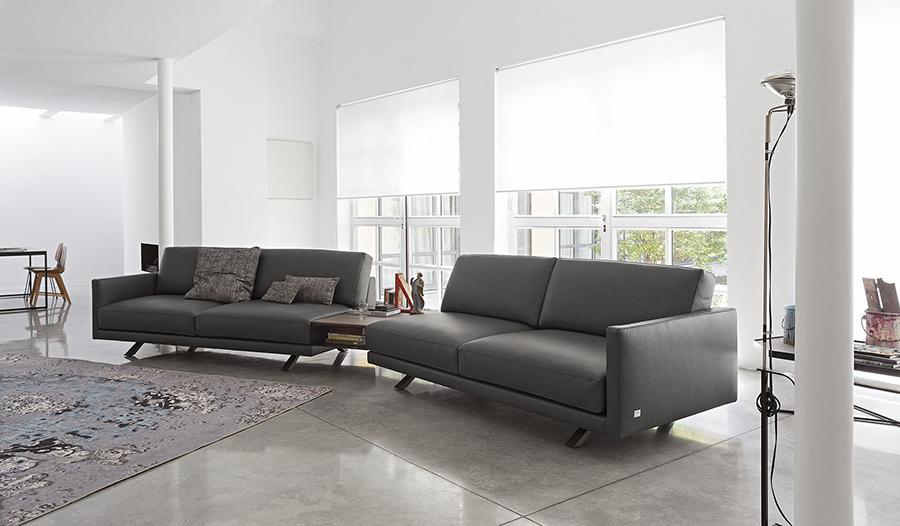 Divano in pelle grigio scuro modello Konnor di Doimo Salotti.