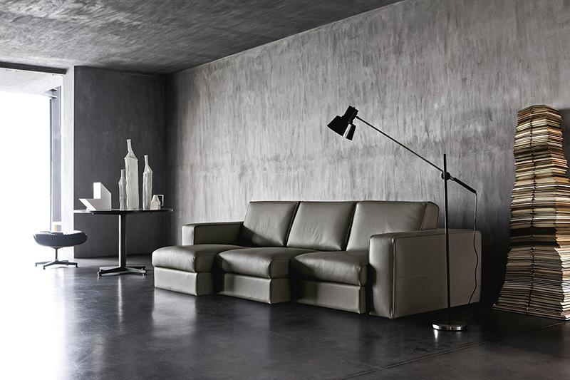 Ambiente salotto tutto grigio con divano Attiko di Doimo Salotti grigio scuro - pelle.