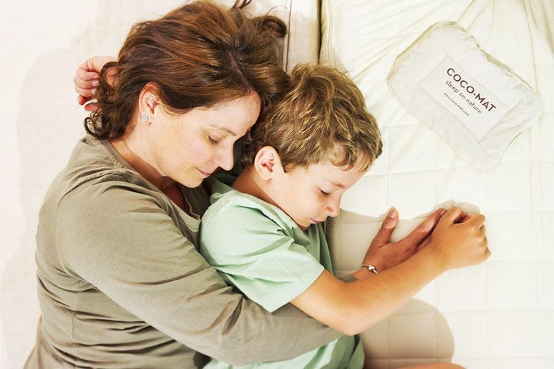 Mamma e bambino che dormono su di un materasso naturale.