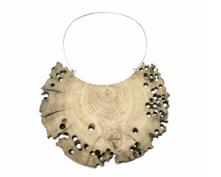 Collana semicircolare in legno di briccola veneziana.