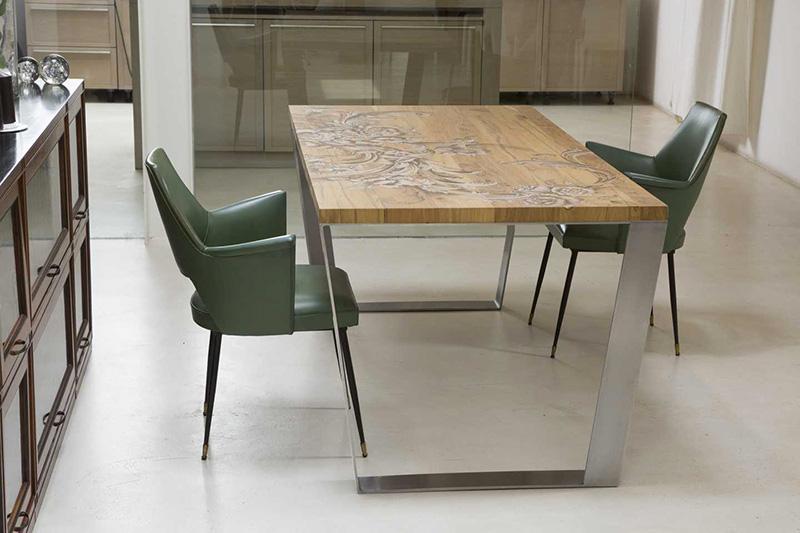 Tavolo moderno con struttura in acciaio e piano il legno massiccio dipinto a mano.