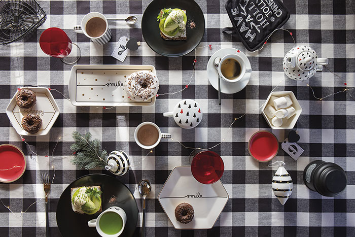 Atmosfere di Natale in casa: la tavola bianco e nero di Coincasa.