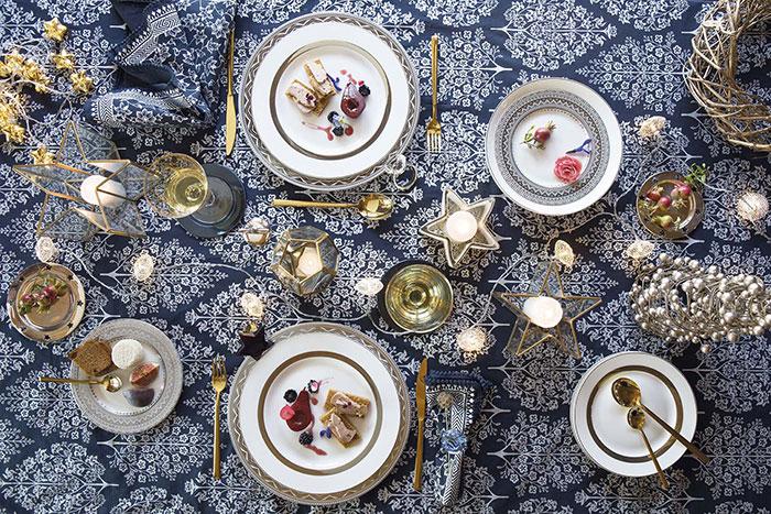 Atmosfere di Natale in casa: la tavola blu e oro di Coincasa.