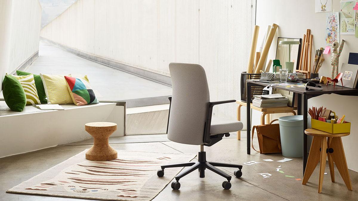 Vitra esempio di home office con sedia da ufficio di design.