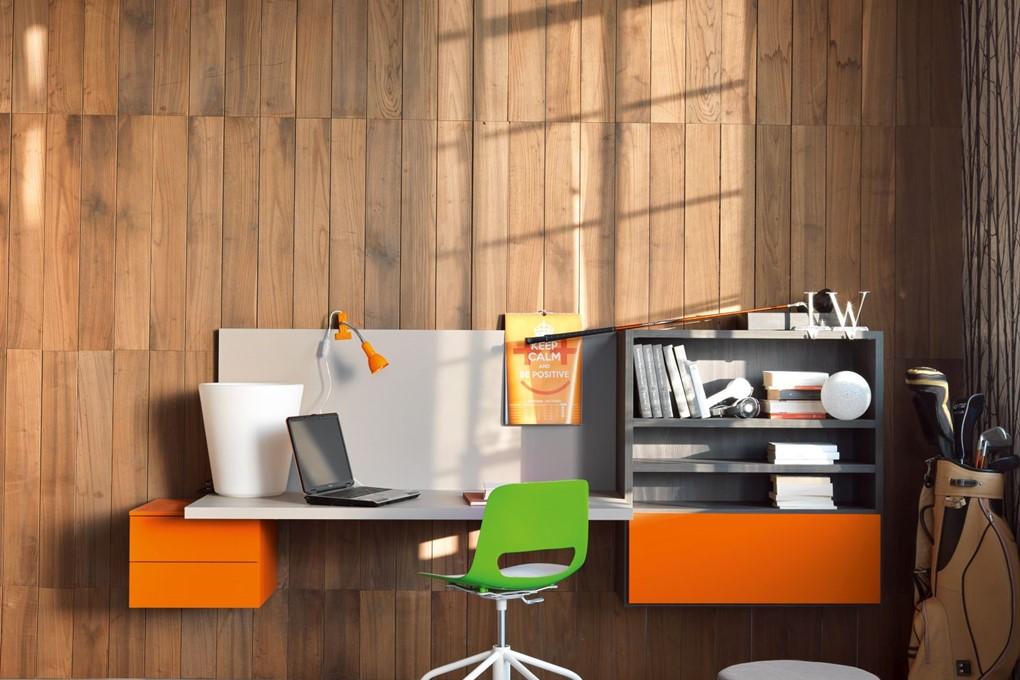 Nilo scrivania per cemeretta colorata arancio con sedia verde.