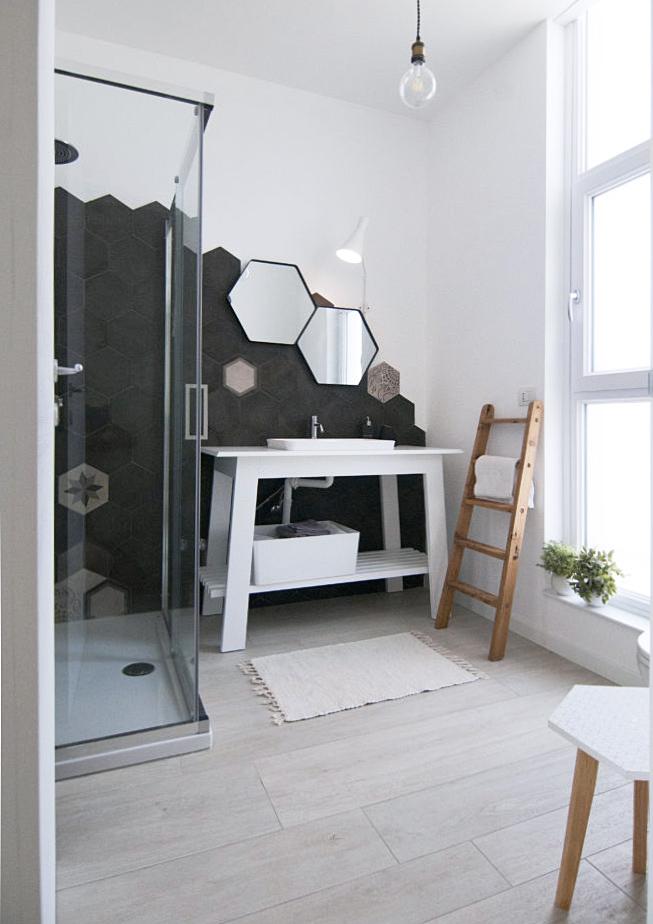 Id Tip architetti - progetto di un bagno minimale in colori bianco e nero.