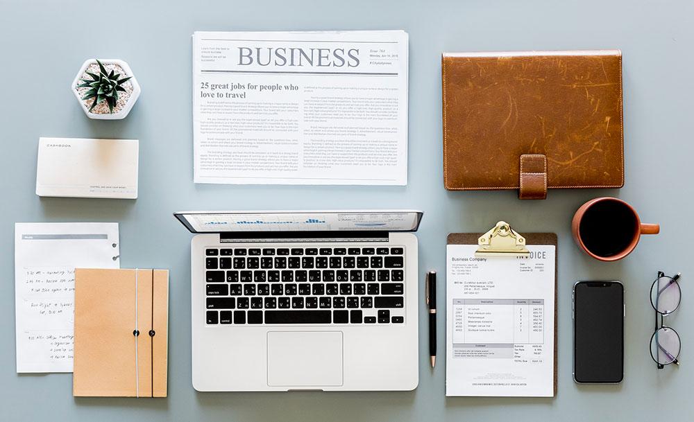 Lavorare da casa con il computer e una scrivania ben organizzata.
