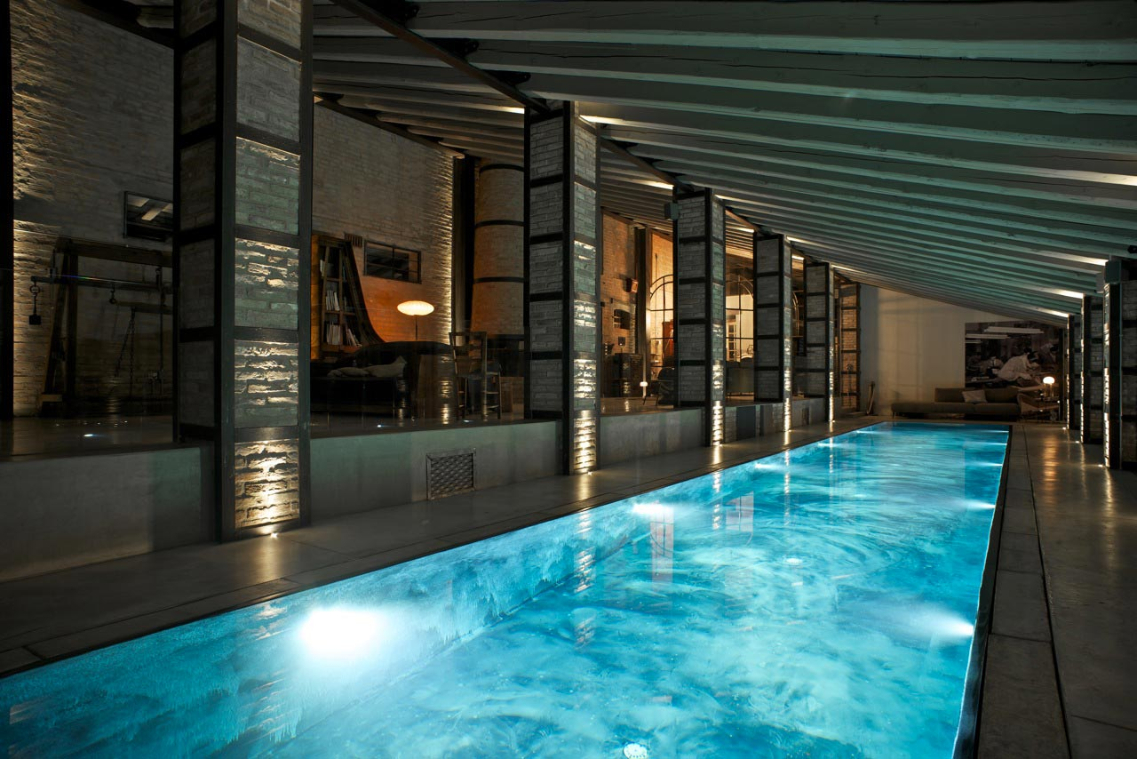 Casa con piscina interna per il rustico.