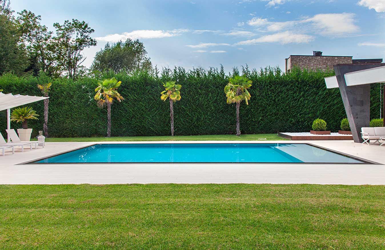 piscina a filo con lussuosa villa
